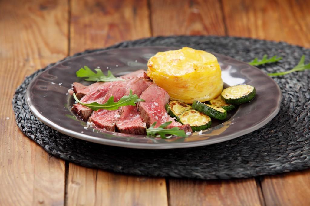 Hovězí flank steak s gratinovanými bramborami a grilovanou cuketkou