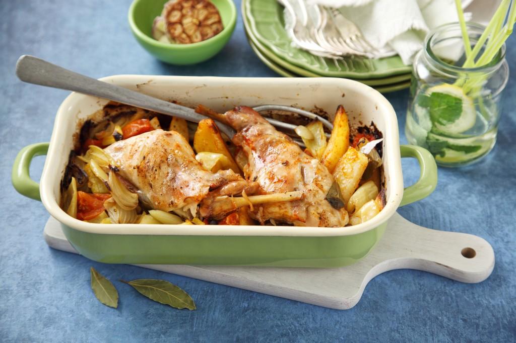 Pečená králičí stehna se zeleninou, česnekem a bramborami