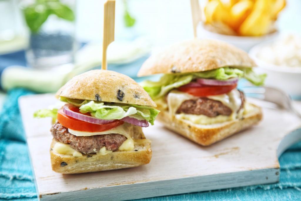 Hovězí burger se salátem Coleslaw a domácí hranolky