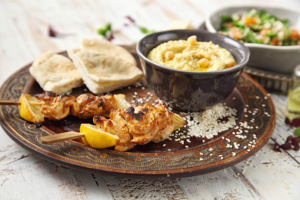 Kuřecí špíz Shish Taouk s hummusem a salátem Tabouleh