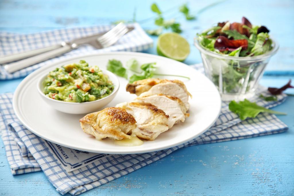 Kuřecí prsíčka plněná pancettou a mozzarellou s guacamole a trhaným salátem s medem