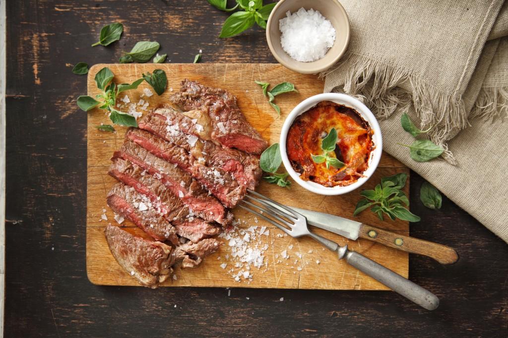 Steak z hovězí roštěné se zapečeným lilkem, mozzarellou, rajčaty a bazalkou